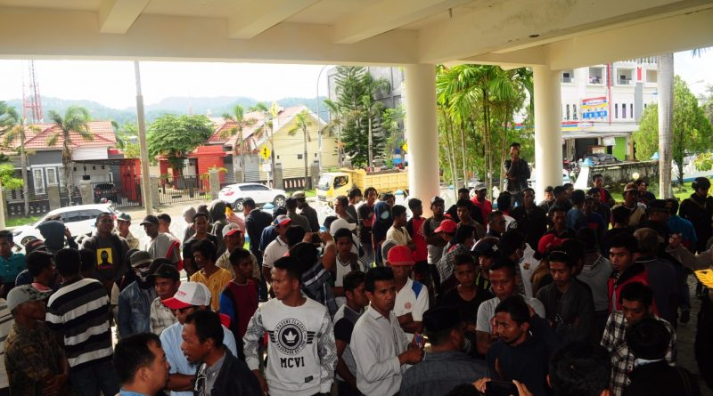 Warga Karampuang Tuntut Tim 9 DPMD Mamuju Loloskan Kamaruddin
