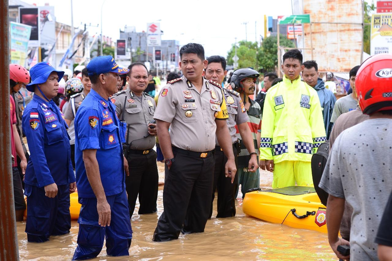 Polisi di Mamuju Kritis Tertimpa Runtuhan Beton Saat Evakuasi Korban Banjir