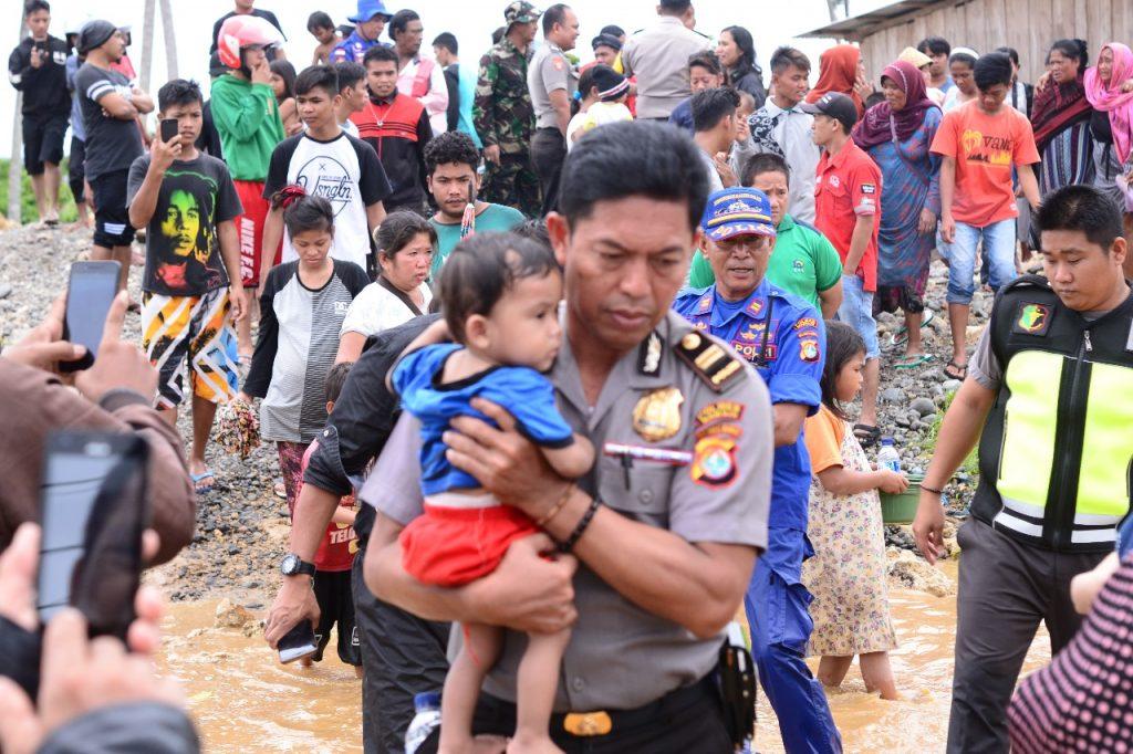 Kapolres Mamuju AKBP M.R. Arvan Pimpim Evakuasi Warga Korban Banjir
