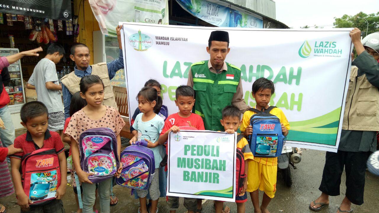 Wahda Islamiyah Sulbar Salurkan Bantuan Sekolah