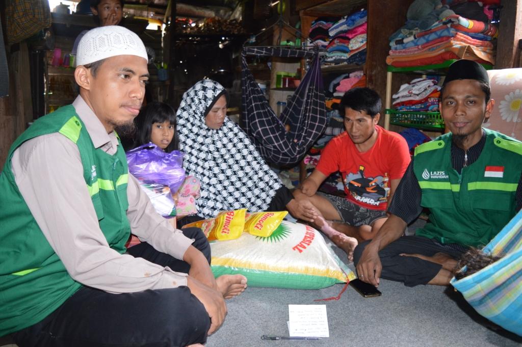 Ringankan Beban Keluarga Muliadi, Lazis Wahdah Mamuju Salurkan Bantuan