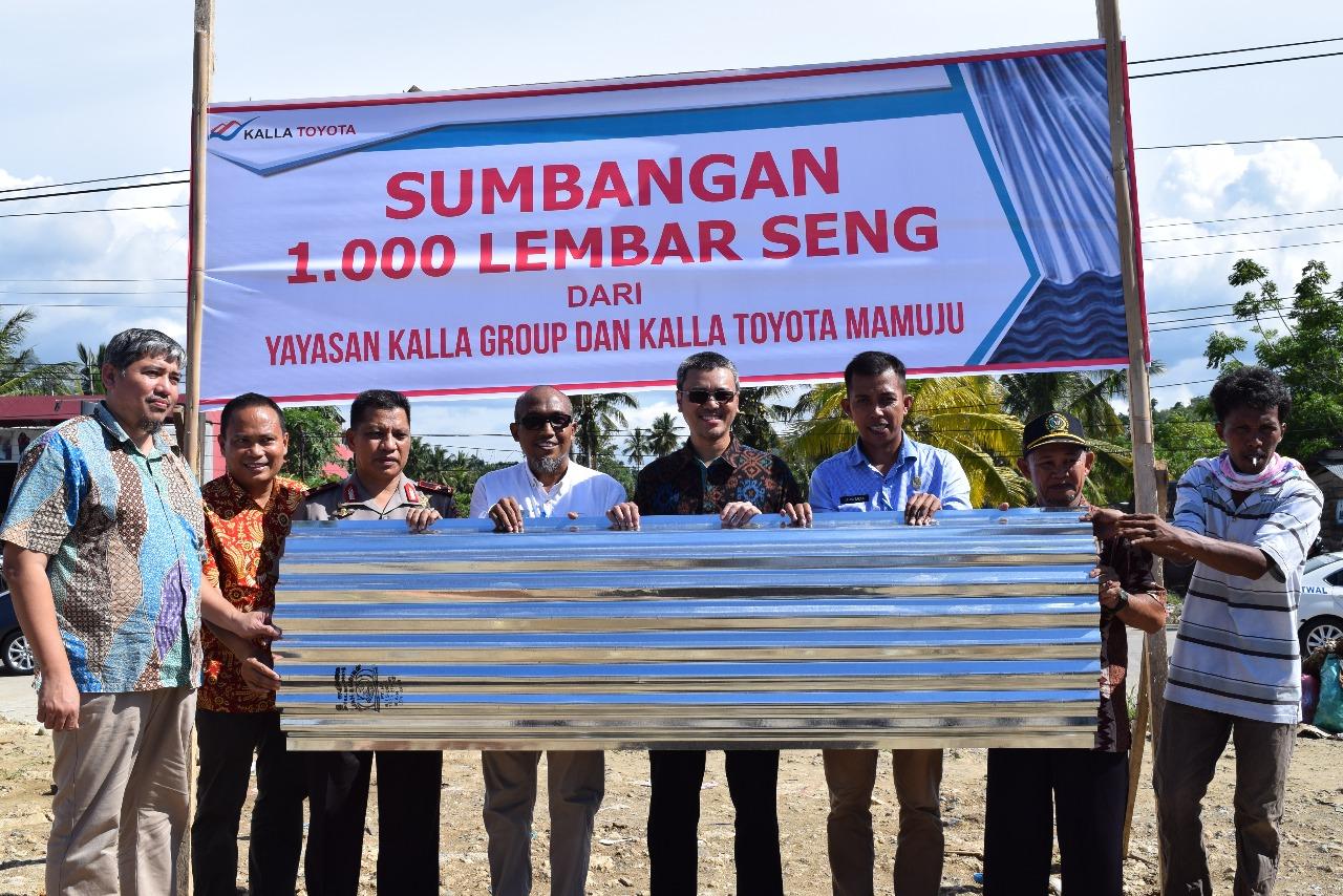 Yayasan Kalla Grup Berikan 1000 Lembar Atap Seng Kepada Korban Banjir