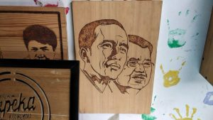 Pemuda Ini Mengolah Limbah Kayu Menjadi Karya Seni Ukir Siluet