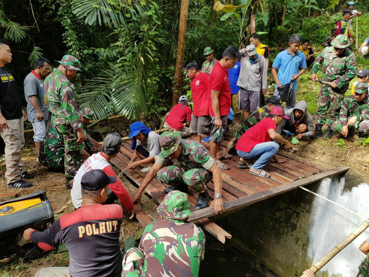 Kodim Majene , Polres , Serta Warga Lingkungan Puawang Bangun Jembatan