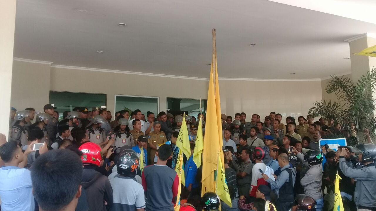PMII dan Nelayan Mamuju Demo di Kantor Gubernur Sulbar