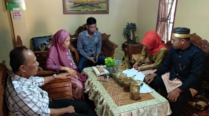 Salurkan Formulir C6, PPS Desa Sepabatu Gunakan Pakaian Adat
