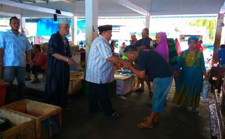 Blusukan di Pasar, Salim S Mengga Diserbu Pedagang dan Pembeli