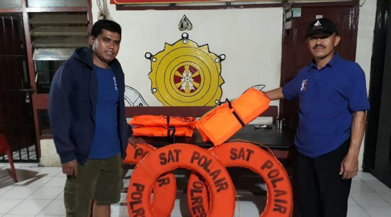 Personel Polsek Pangale Dihadiahi Lima Pelampung