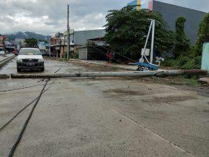 Tumbang, Tiang Listrik Tutupi Sebagian Ruas Jalan Diponegoro