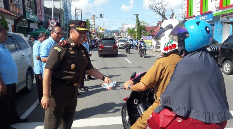 Hari Anti Korupsi Kajari Mamuju Bagi Bagi Bunga