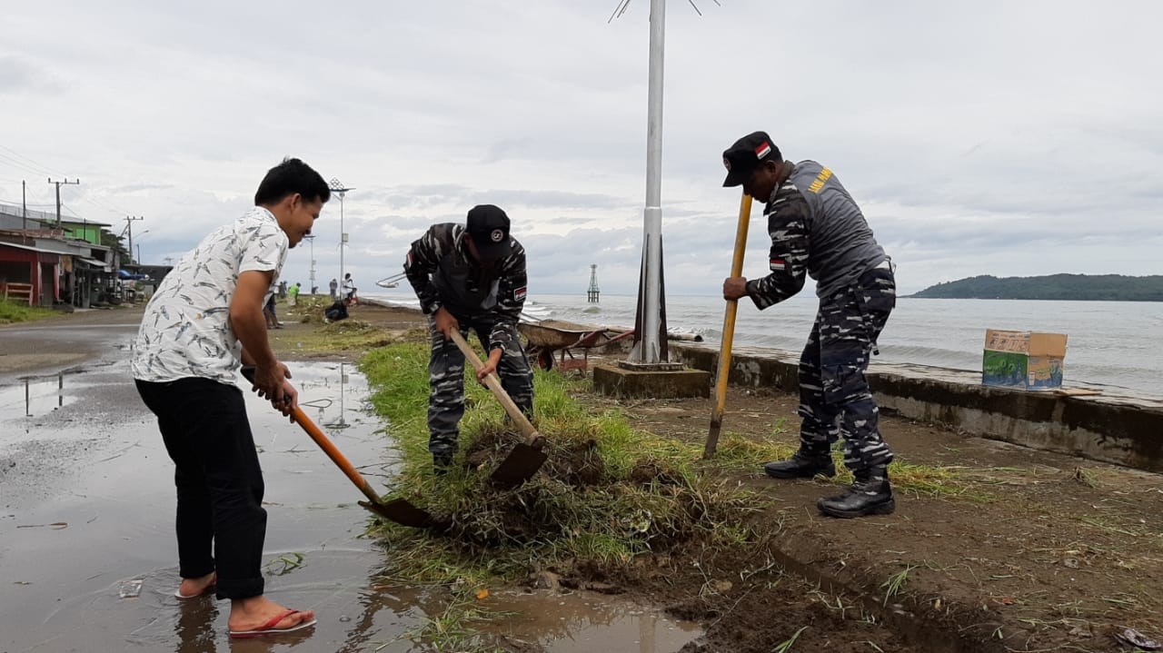Lanal Mamuju Gandeng Stakeholder Bersih-Bersih Pantai