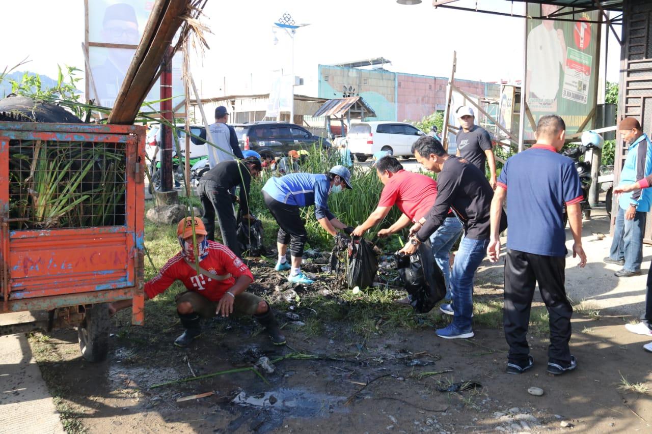Pemkab Mamuju Bersama Polda Sulbar Bersih Bersih Pasar