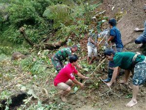 Babinsa dan Warga Desa Sondoang Bersihkan Material Longsor