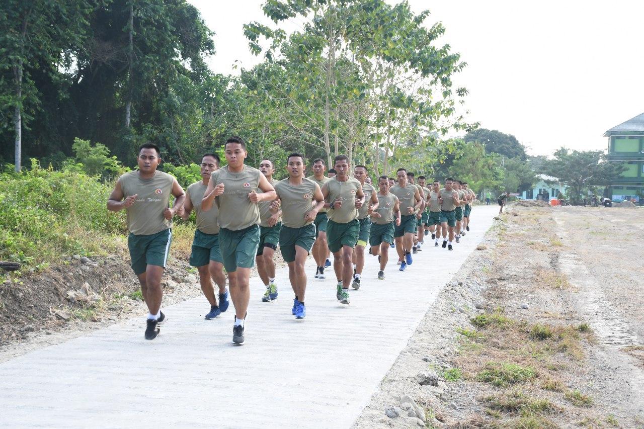 Prajurit TNI dan PNS Korem 142 Tatag Rutin Aerobik
