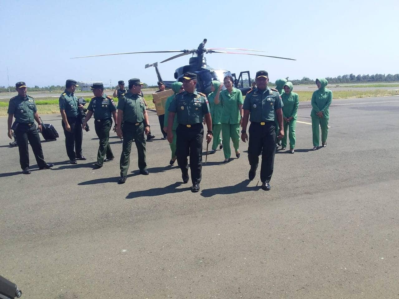 Pangdam XIV / Hasanuddin Tiba di Mamuju Gunakan Helli Milik TNI-AD jenis Ha - 5180