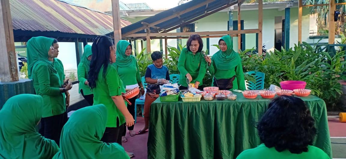 Persit KCK Cabang XXXVIII Dim 1403/ Sawerigading Belajar Membuat Brownies Sagu