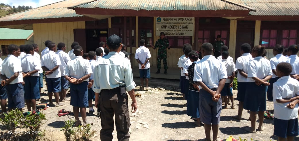 Prajurit TNI Yonif 721/MKS Latih Pelajar SMP N 1 SINAK di Kab. Puncak Papua Upacara Bendera