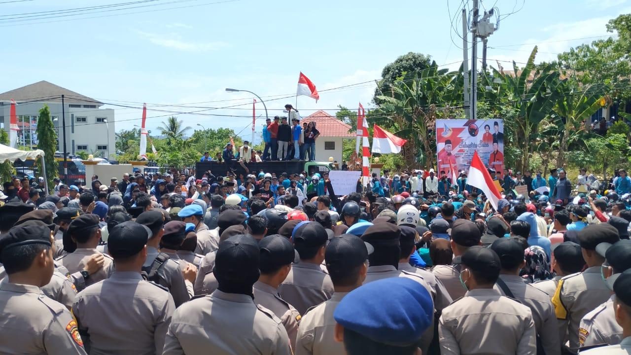 Pelantikan DPRD Sulbar Diwarnai Aksi Demo Mahasiswa