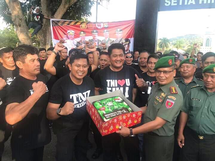 Polresta Mamuju Beri Surprise HUT TNI ke 74