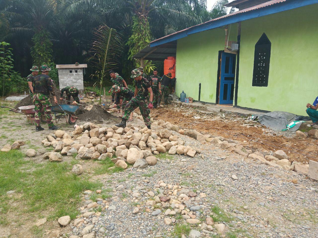 Satgas TMMD Bersama Masyarakat Rehab Masjid