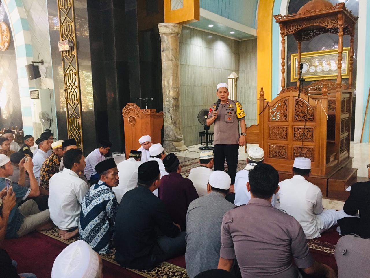 Jumatan di Masjid Agung Syuhada Polman, Kapolda Sulbar Minta Jamaah Jaga Persaudaraan Demi Kedamaian NKRI
