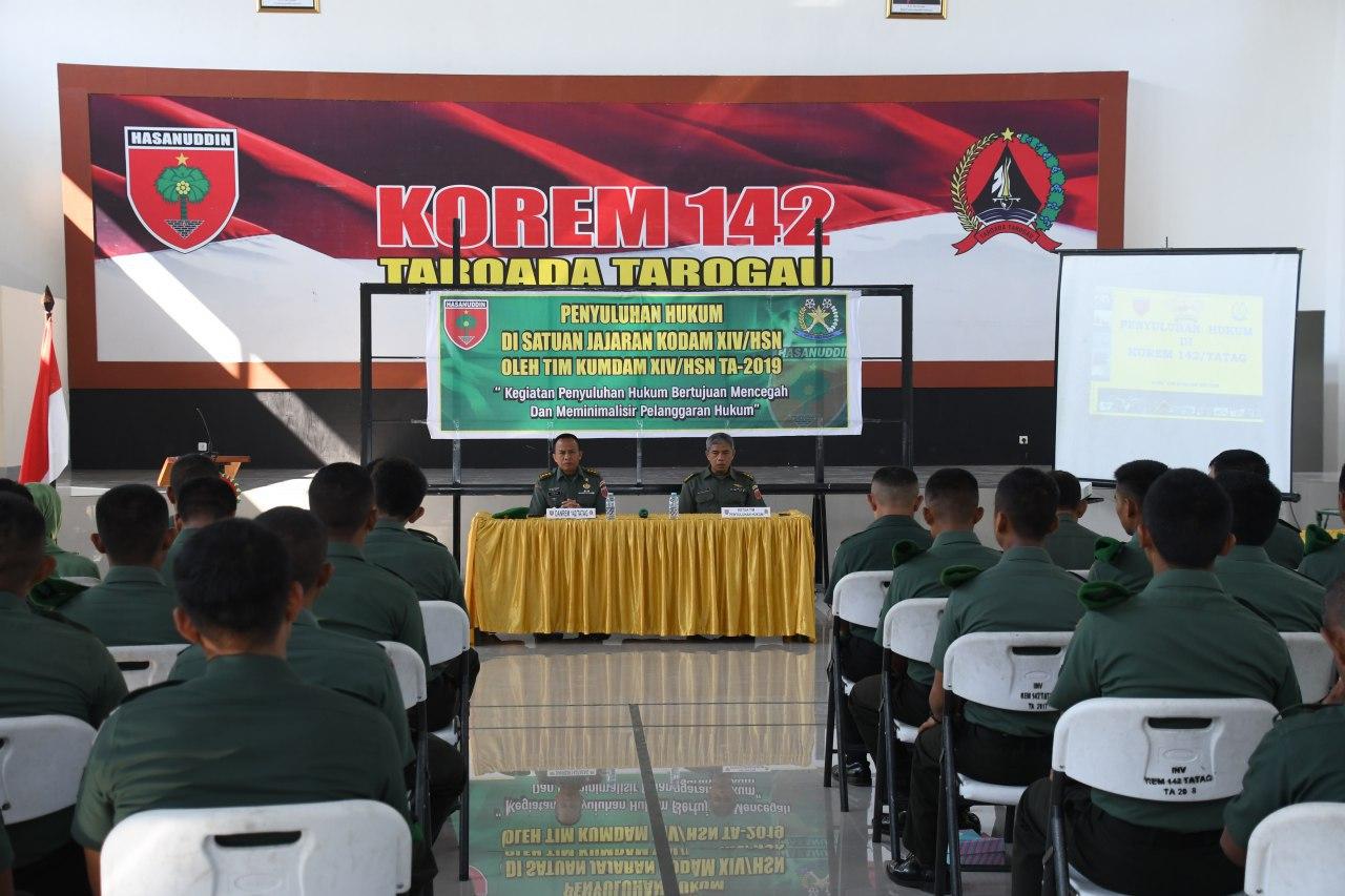 Prajurit TNI , PNS dan Persit Korem 142/Tatah Terima Penyuluhan Hukum