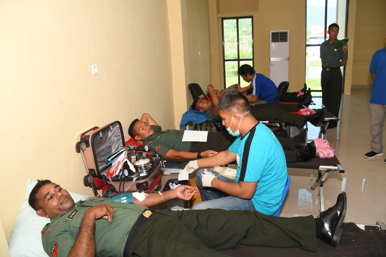 Personil Korem 142 Tatag Ikut Donor Darah