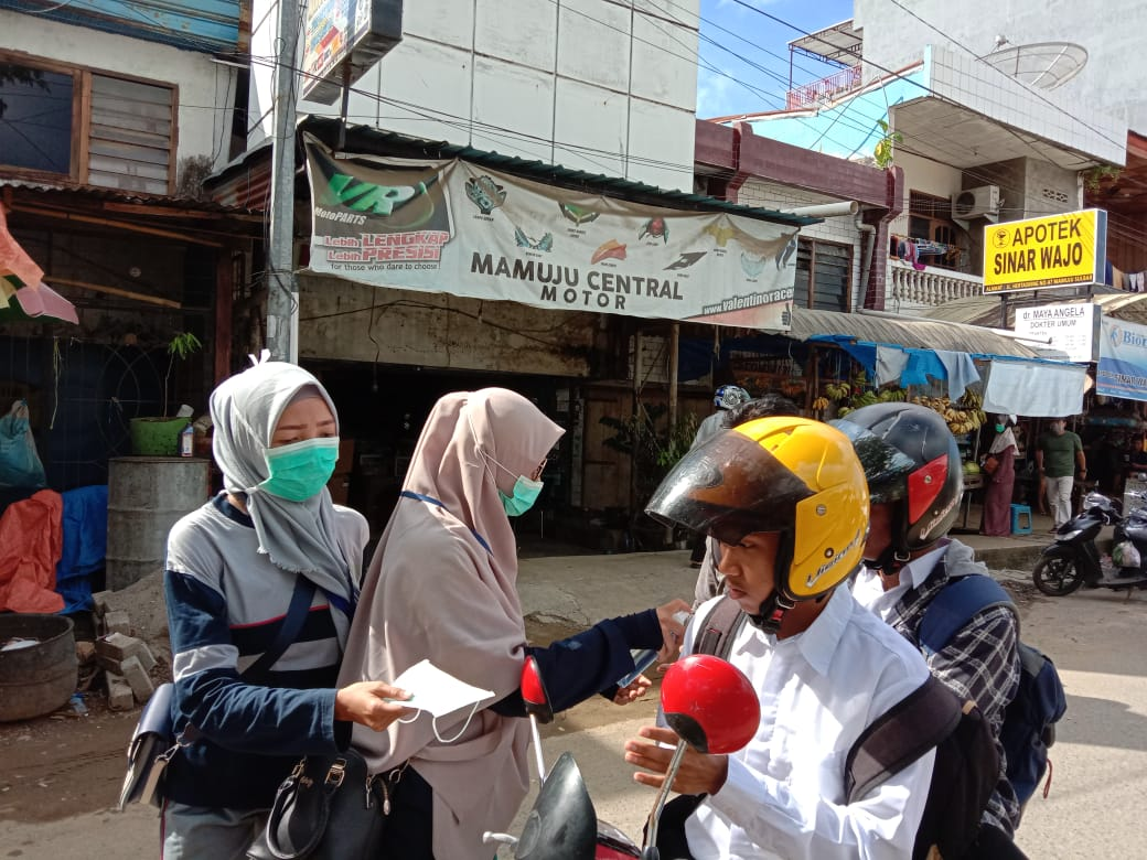 Pemkab Bagikan Masker Gratis di Pasar Sentral Mamuju