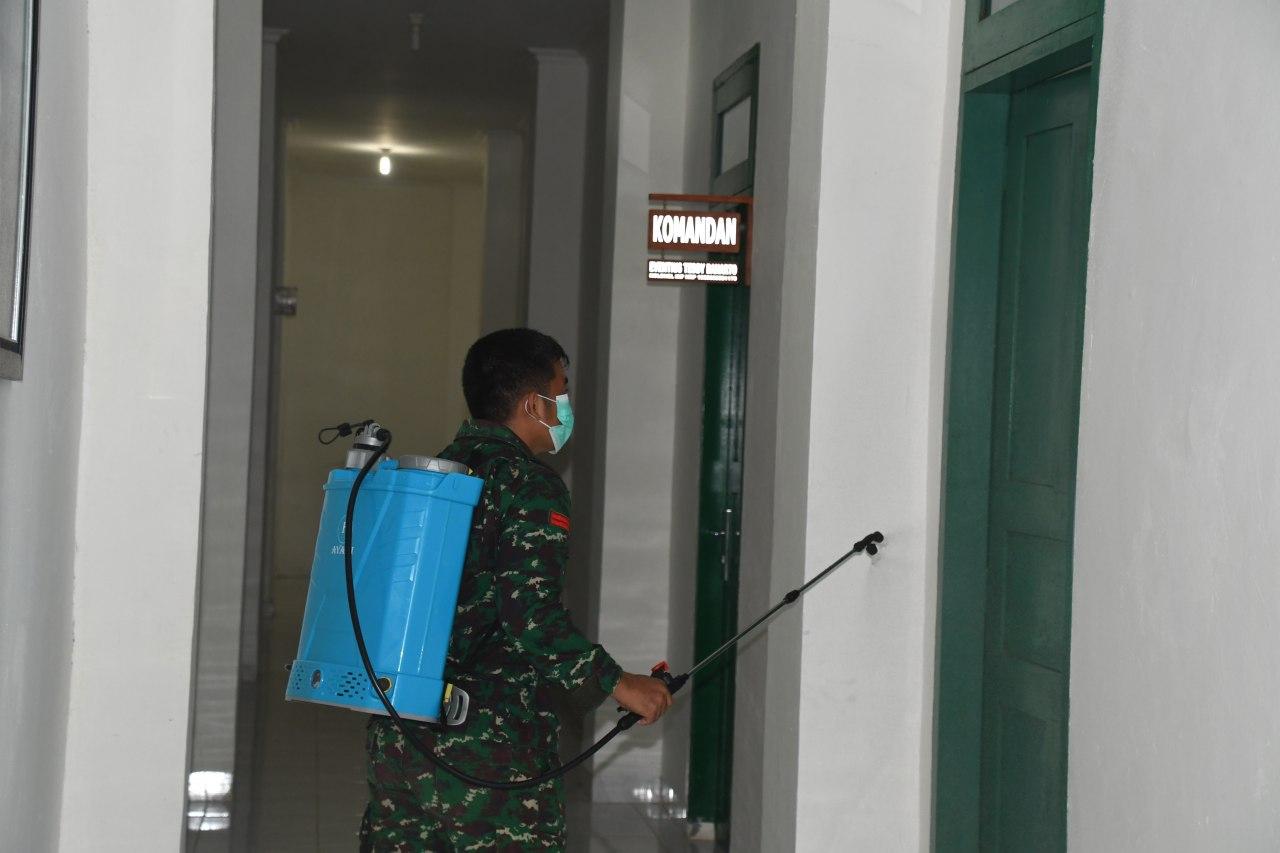 Personil Korem 142/Tatag lakukan Penyemprotan Desinfektan