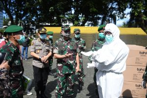 Pangdam Hasanuddin Serahkan Bantuan APD KE Rumkit Rujukan Penanganan COVID-19