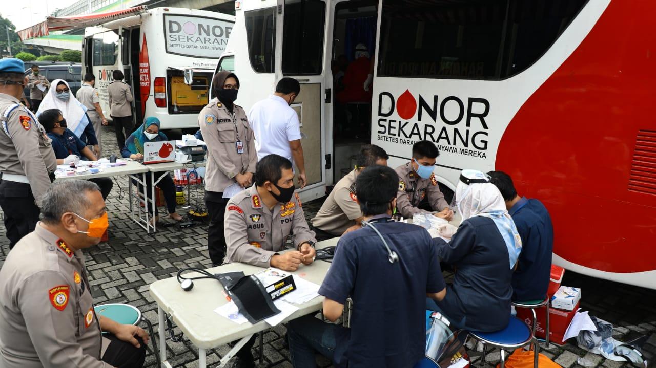 Kebutuhan Pasien Covid-19, Kabaharkam Polri Donorkan Darah