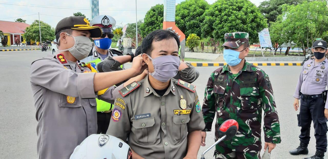 Kapolres Mamuju Utara dan Dandim Pasangkayu Bagi Bagi Masker