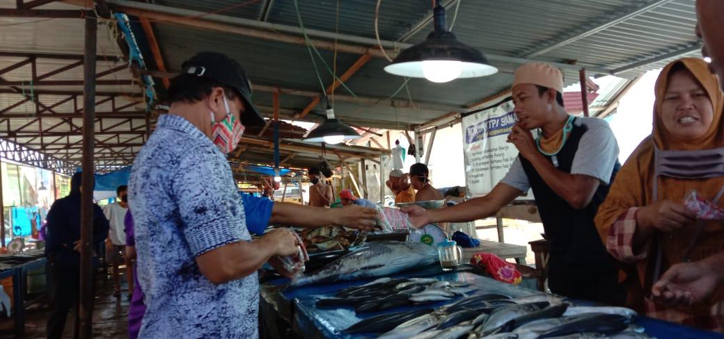 KKC Mamuju bagikan Masker dan Sarung Tangan Bagi Nelayan dan Pedagang Ikan