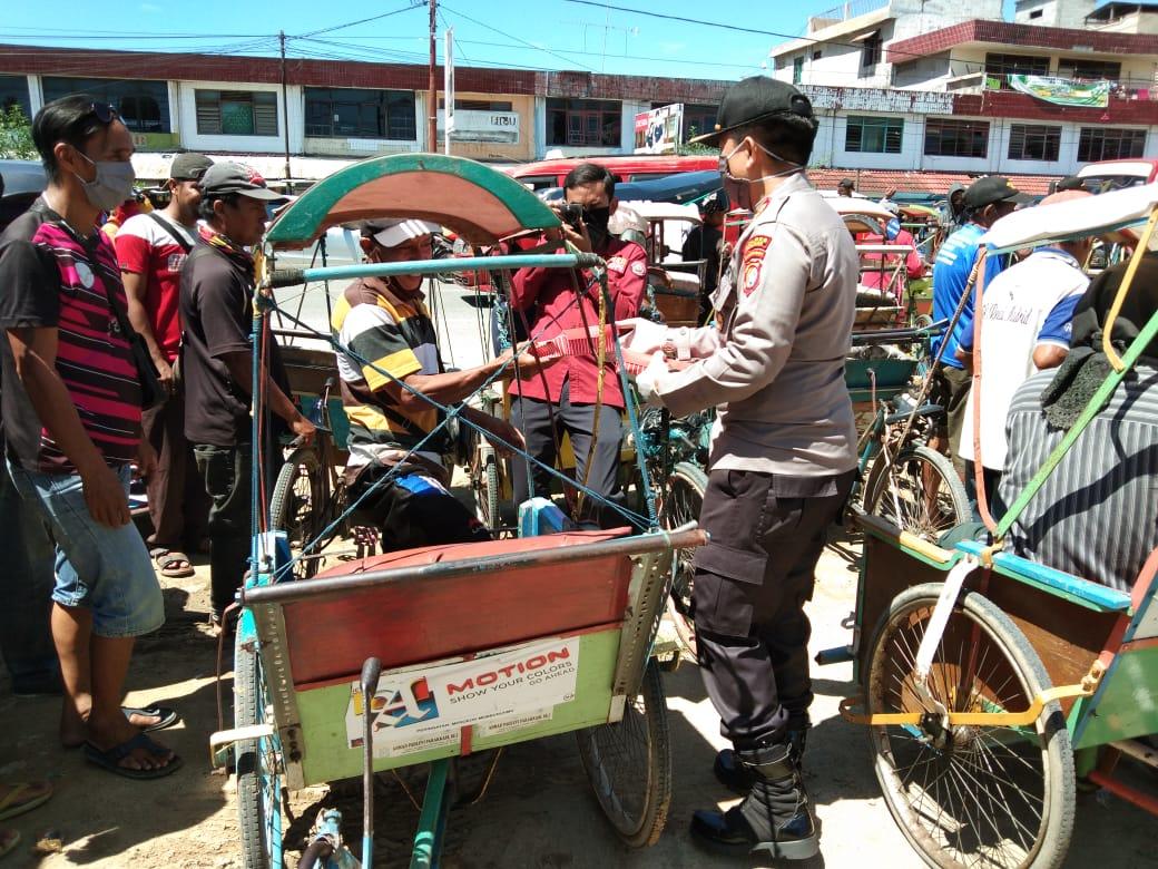 Kapolres Polman Berbagi Nasi Bungkus Ke Pengayuh Becak