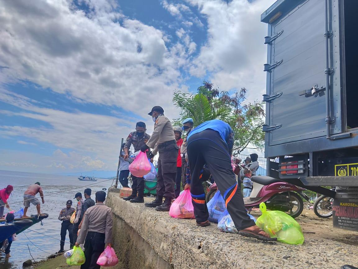 Bantuan Sembako Polda Sulbar Sasar Pulau Karampuang