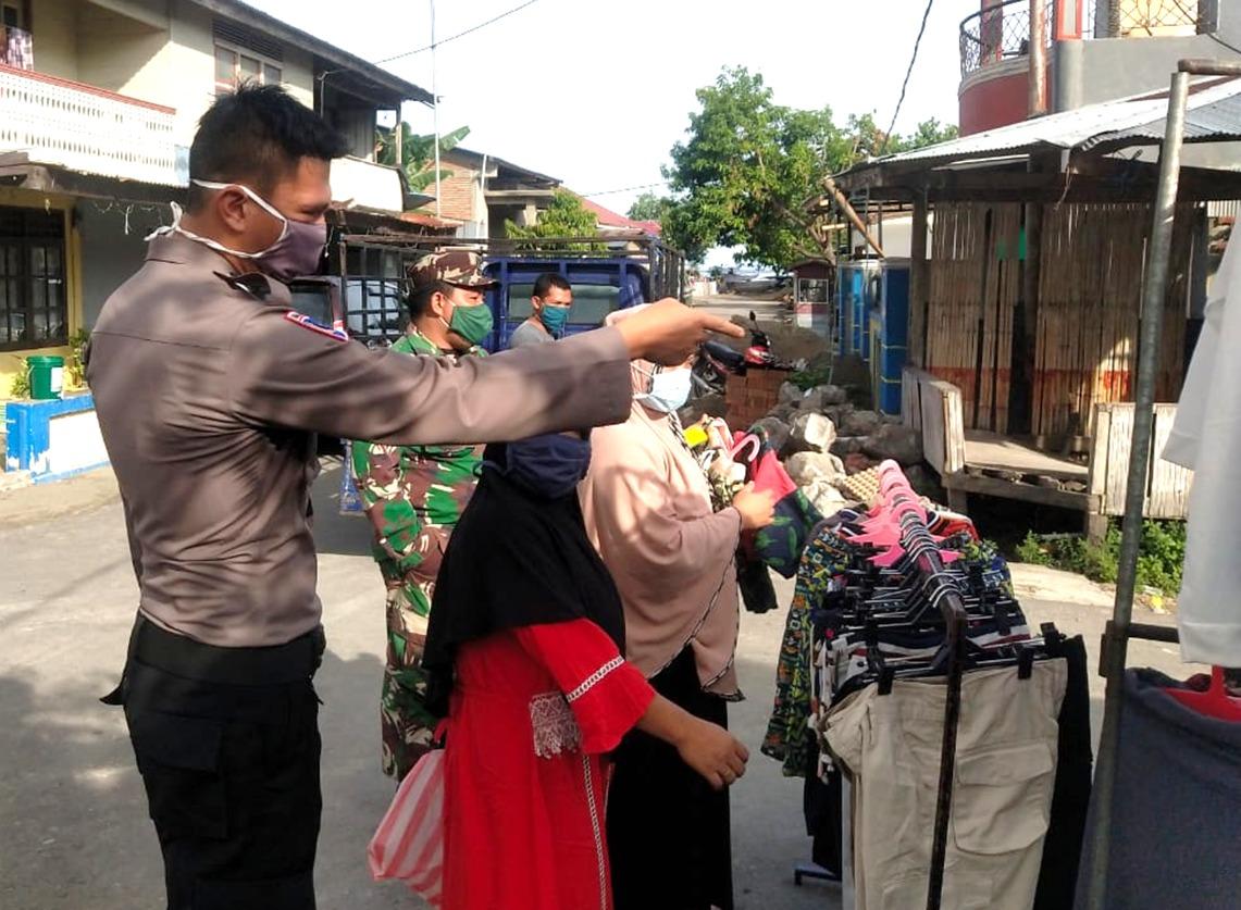 Bhabinkamtibmas Desa Tinambung Imbau Pedagang Memakai Masker
