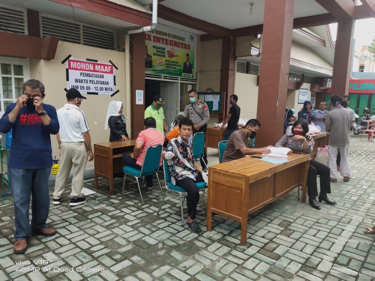 Polres Majene dan Satgas Covid-19 Bagi-bagi Sembako