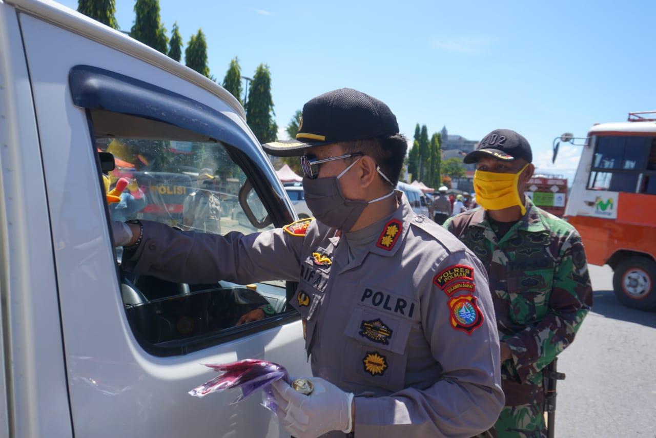 Memutus Mata Rantai Covid-19, Kapolres Polman , TNI dan KPU Bagi-Bagi Masker