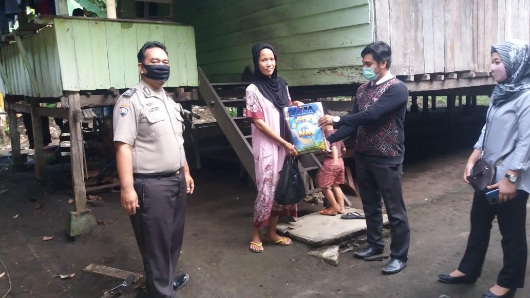 Pandemi Covid-19 Bhabinkamtibmas Desa Paku Salurkan Bantuan Sembako
