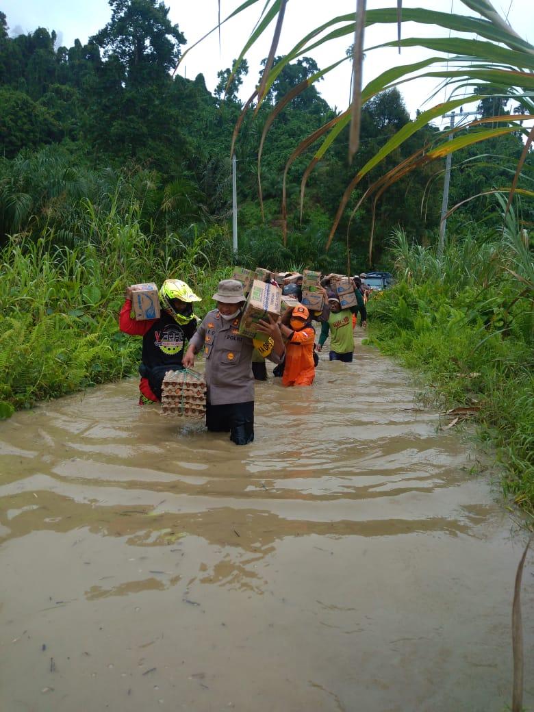 Polres Mamuju Utara Evakuasi Korban Banjir Di Desa Ompi.