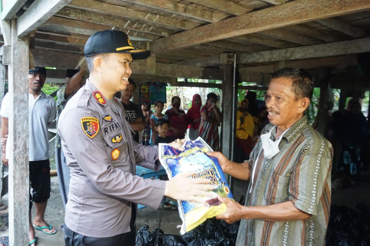 Kapolres Bersama Ketua DPRD Polman Salurkan Bantuan Sembako Hingga Ke Pulau-Pulau Terpencil