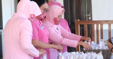 Ketua Bhayangkari Daerah Sulbar Bagikan Ribuan Masker, Vitamin dan Hand Sanitizer Kepada Personil