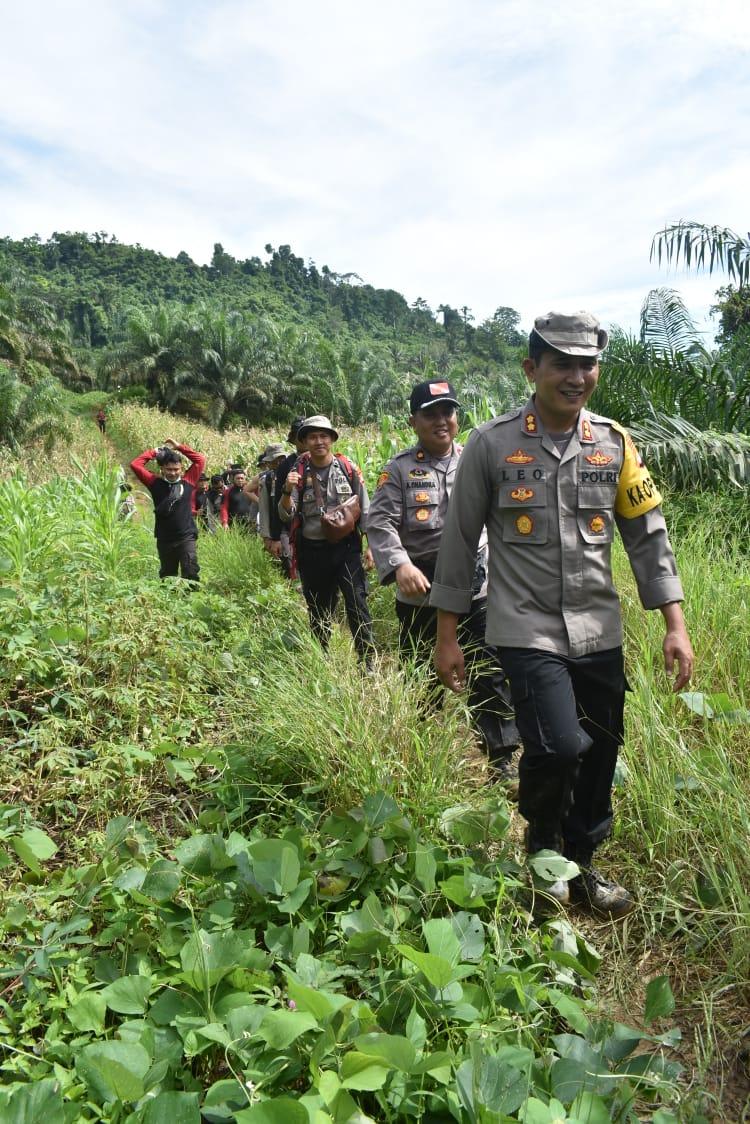 Personil Polres Pasangkayu Longmarch Bawa Sembako Ke