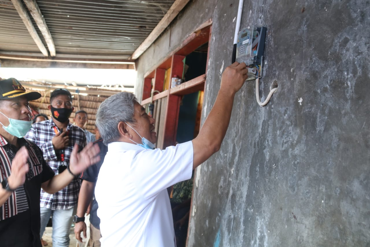 Warga Pulau Kambunong Terlayani Jaringan Listrik Perdesaan