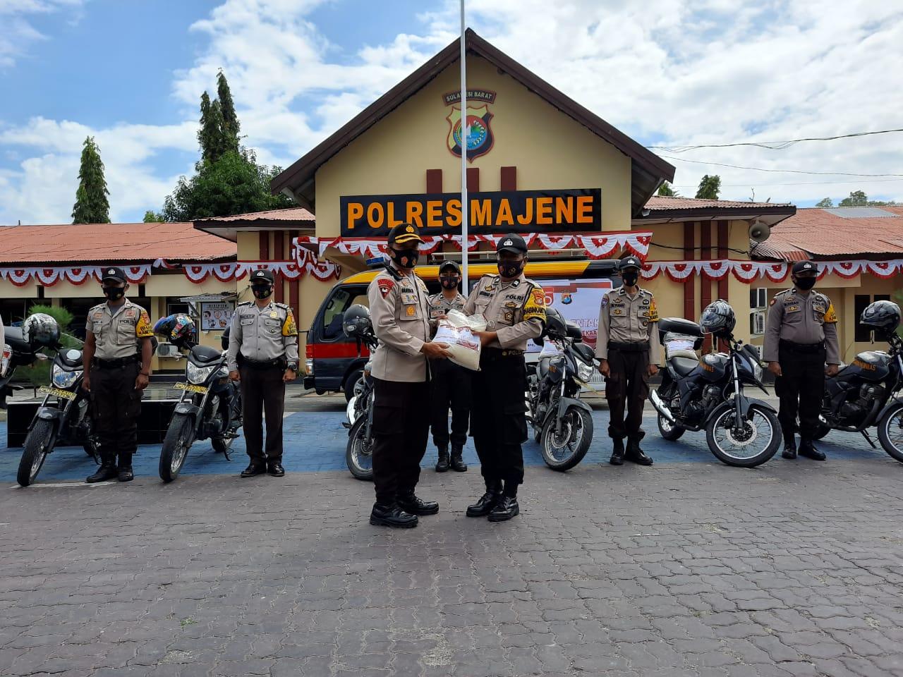 Semarakkan Hari Kemerdekaan, Polres Majene Salurkan 300 Sembako.