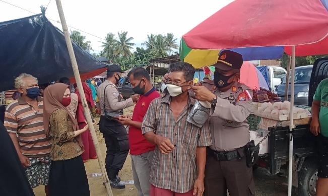 Kapolsek Pasangkayu Bersama Camat Pedongga Gaungkan Pakai Masker