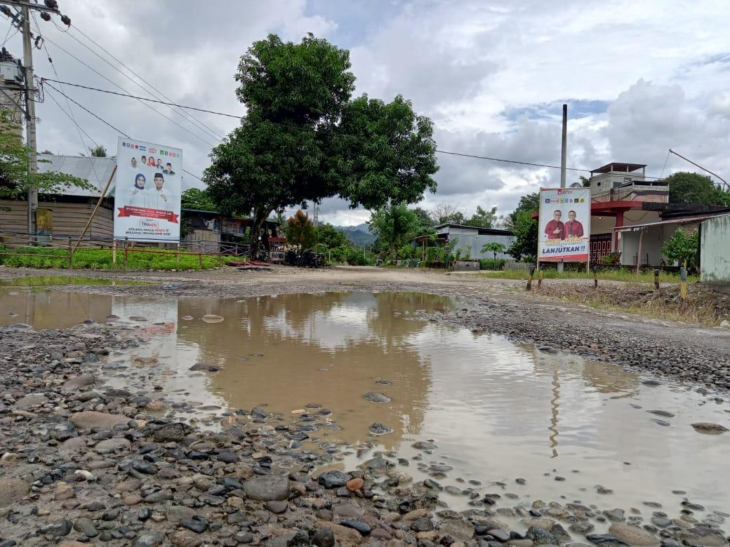 Jalan Rusak Parah, Warga Desa Kalonding Memilih Jalur Air
