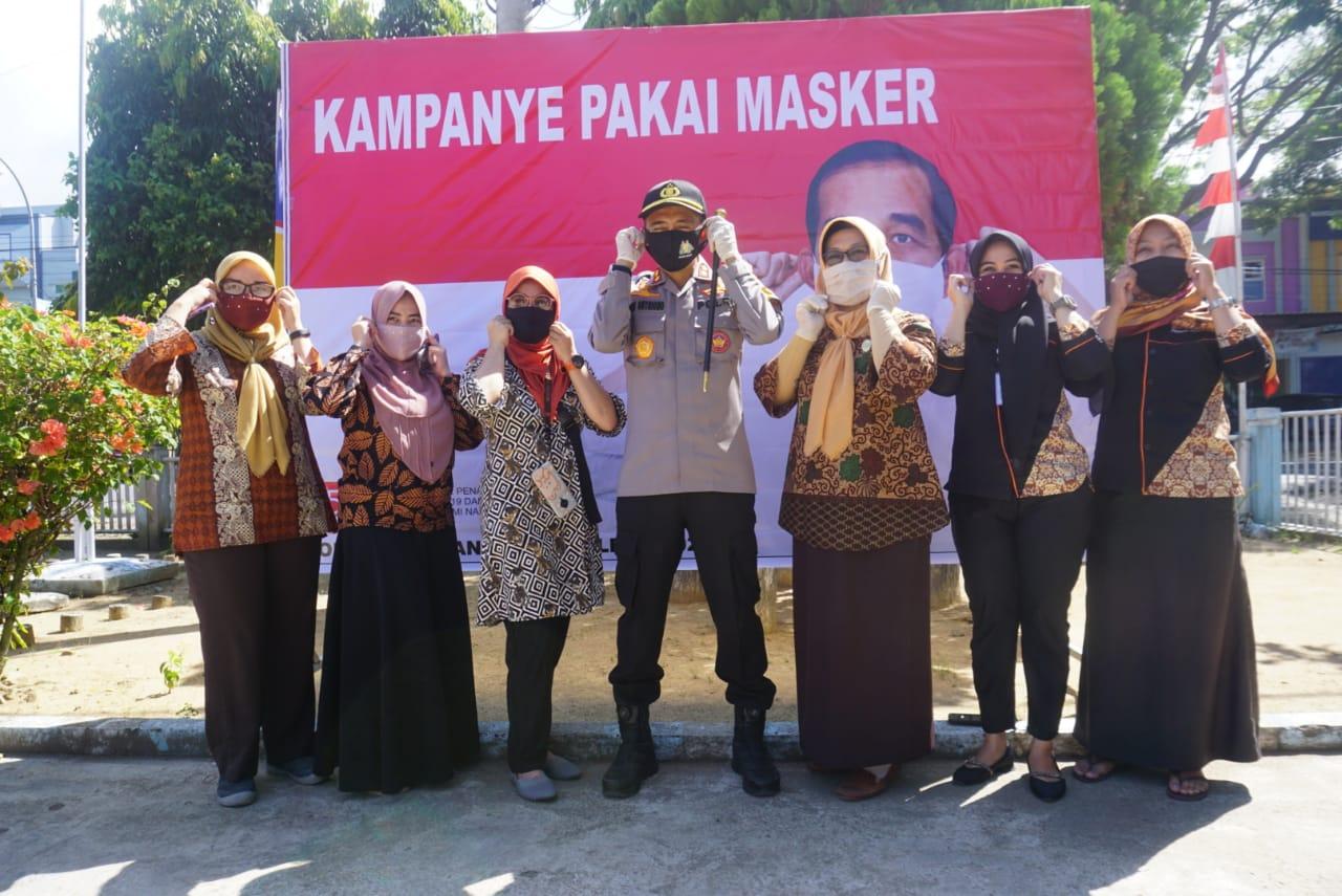 Kapolres Membagikan 7.500 Masker  Di 17 Titik Wilayah Hukum Polres Polman.
