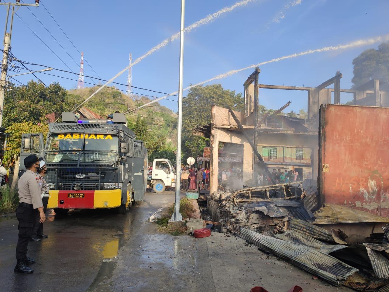 Polres Majene KerahkanWater Canon Padamkan Sijago Merah di Saleppa