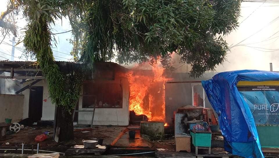 Enam Rumah Warga Jl Mangga Dilalap Si jago Merah